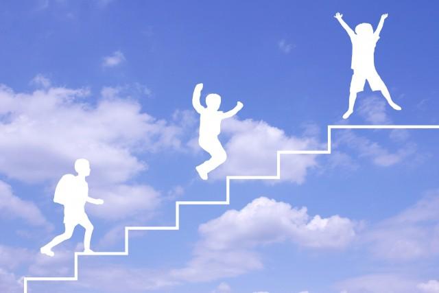 階段をのぼる子ども